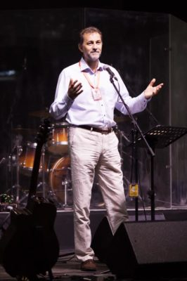 Papp János egyházelnök előadást tart a fiataloknak