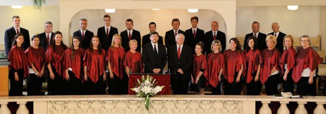 A BTA énekkara, középen Dr. Almási Kornél Zsolt karnagy, művészeti rektorhelyettes, és Tóka Szabolcs orgonaművész