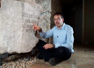 Hegedűs Ádám a Pilátus kő előtt