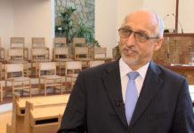 Mészáros Kornél lelkipásztor az Újpesti Baptista Gyülekezet imaházában, az Újpest Média riportja